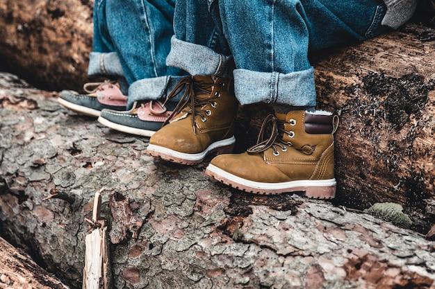 De pé no toco de uma velha árvore. botas no topo do toco da árvore. imagem de madeira background.tree.