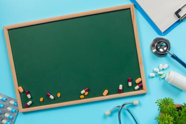 De remédios, suprimentos colocados em uma placa verde juntamente com ferramentas de médico em um azul.