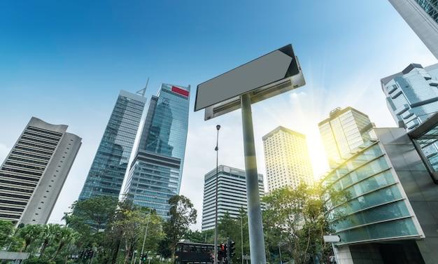 De um arranha-céu de baixo ângulo em cidades chinesas modernas
