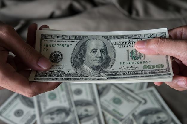 Dê um dinheiro dólar norte-americano (usd)