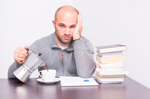 De um homem servindo café em uma xícara ao lado de livros