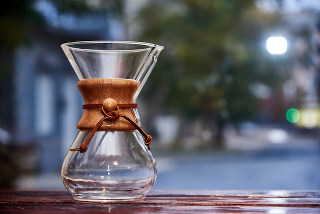 De vidro jugful no fundo desfocado.