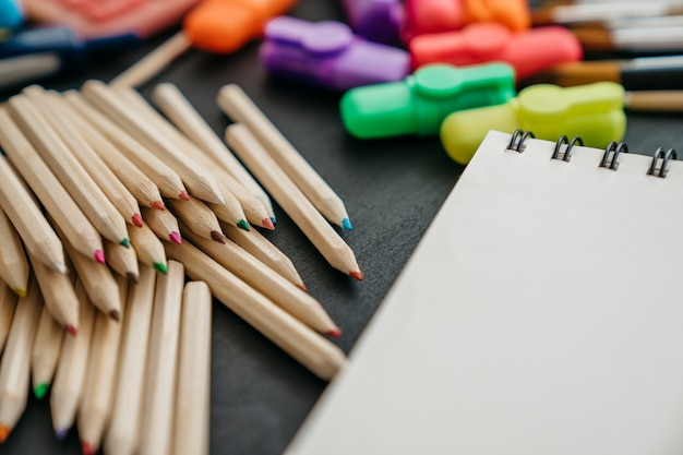 De volta à decoração da escola com muitos lápis e canetas