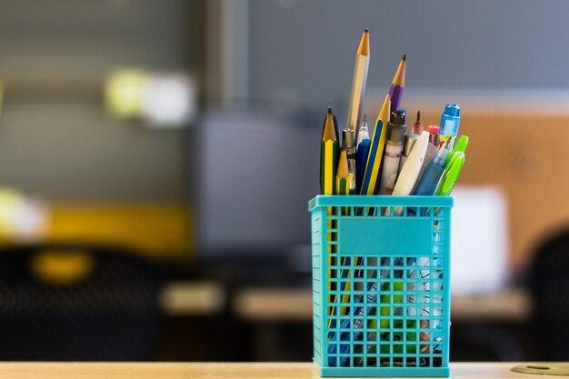 De volta à escola - caneta e lápis na caixa na mesa de mesa