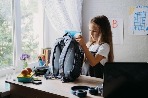 De volta à escola, crianças em idade escolar, higiene e segurança, precauções após o coronavírus, a estudante está indo