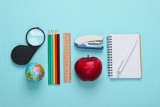 De volta à escola. escola e material de escritório em azul. educacional, conceito de estudo