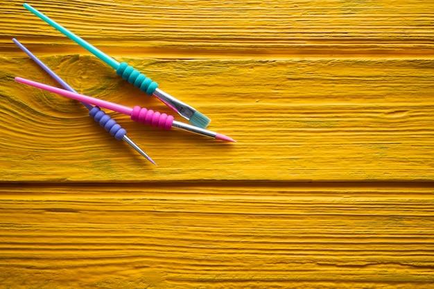 De volta à escola fornece pincéis coloridos