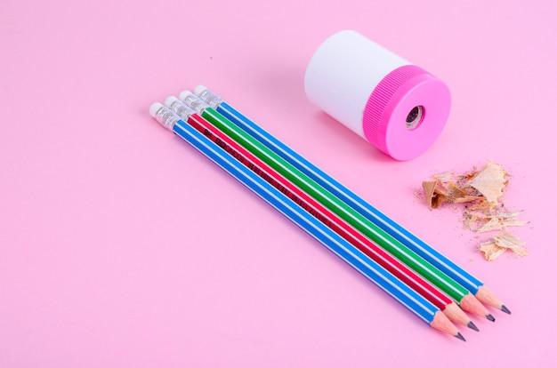 De volta à escola. lápis, apontador de lápis