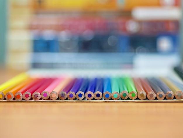 De volta à escola, lápis na mesa de madeira