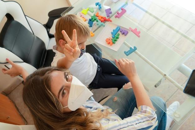 De volta à escola, ligações com um professor e uma criança coletando quebra-cabeças usando máscaras protetoras, tempo de quarentena, pandemia de coronavírus, estilo de vida