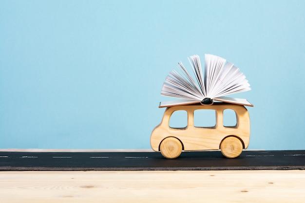 De volta à escola. ônibus infantil carregando um livro