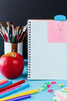 De volta à escola, trabalho, local de trabalho de uma papelaria de aluno, notebooks em azul