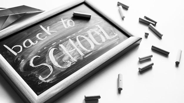 De volta à nota da escola no quadro-negro com lápis de cor