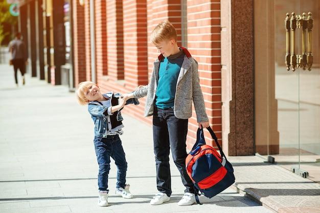 De volta ao conceito de escola. dois irmãos com mochila indo para a escola.
