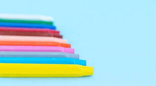 De volta ao conceito de escola e educação lápis coloridos no fundo azul e lugar para texto