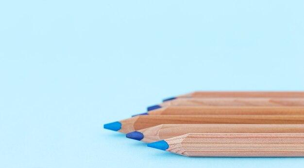 De volta ao conceito de escola e educação lápis de madeira azuis no fundo azul e lugar para texto