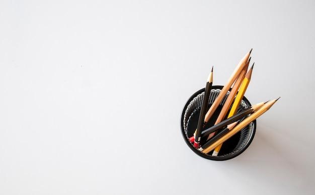 De volta ao conceito de escola, lápis preto sobre fundo branco de mesa