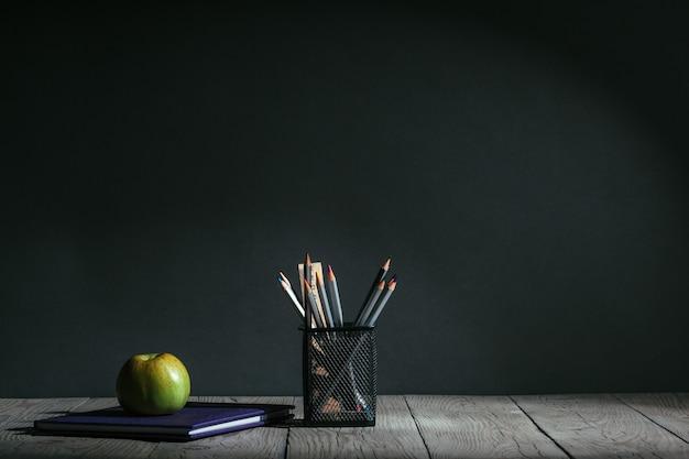 De volta ao conceito de escola. papelaria com frutas na mesa
