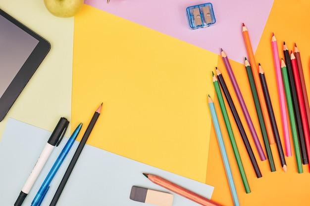 De volta ao conceito de escola papelaria em fundo colorido universidade faculdade plana lay