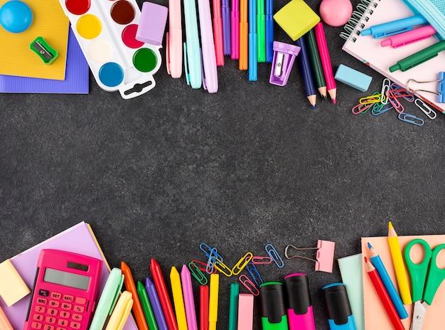 De volta ao fundo da escola com material escolar e espaço de cópia