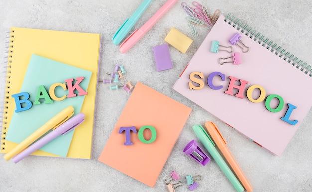 De volta ao fundo da escola com material escolar