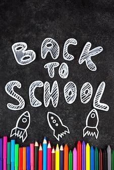 De volta ao fundo da escola com o material escolar no quadro-negro