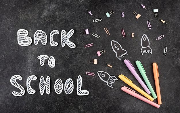 De volta ao fundo da escola com o material escolar no quadro-negro Foto Premium