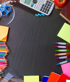 De volta ao material escolar como um quadro no quadro negro