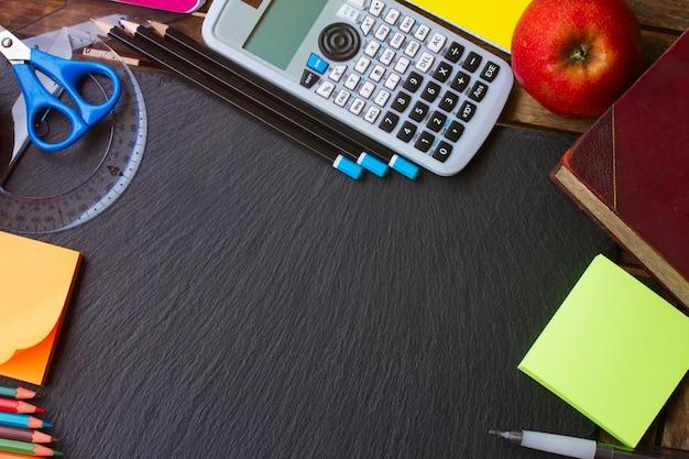 De volta ao material escolar - notas, maçã, livro e canetas