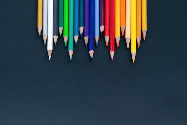 De volta ao tiro da escola de pontas de lápis de pilha de lápis de cor sobre fundo preto