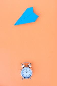 De volta às aulas com estilo de cena plana com material escolar em fundo laranja, copie o espaço