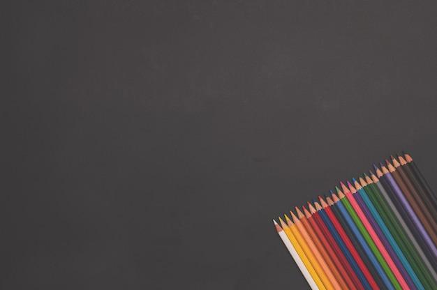 De volta às aulas e ao conceito de educação lápis multicoloridos e papel branco