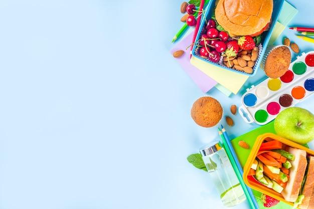 De volta às aulas, lancheira saborosa de criança saudável com sanduíches, nozes, frutas frescas e vegetais