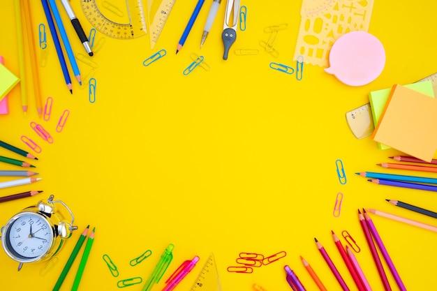De volta às aulas, quadros chiqueiros com material escolar multicolorido em amarelo