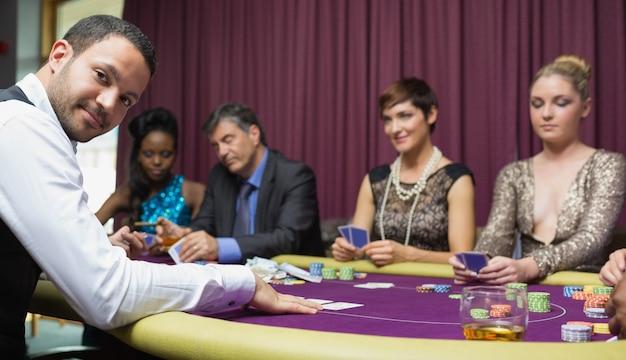 Dealer sorrindo no jogo de poker
