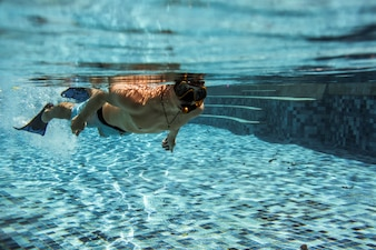 Debaixo da piscina