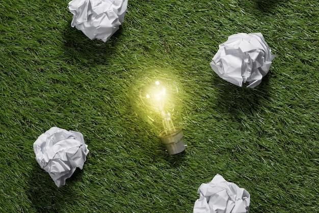 Debate. grande conceito com papel de escritório amassado e lâmpada em cima da mesa