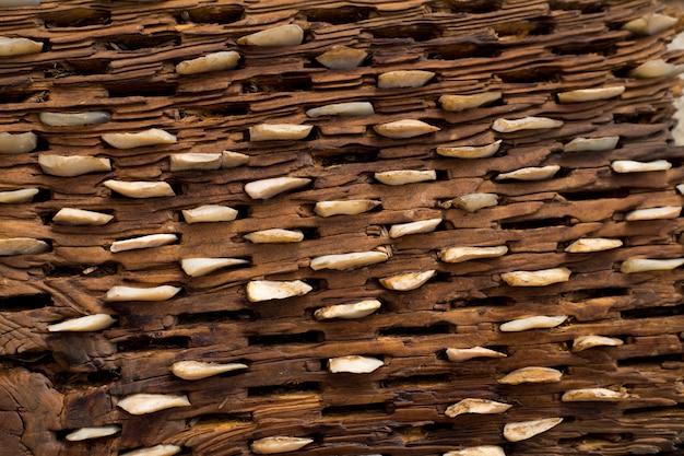 Debulha placa de madeira envelhecida e textura de pedras