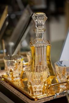 Decantador e copos de cristal