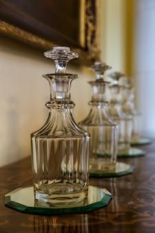 Decantadores de vidro na mesa, museu da europa