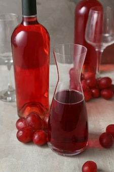 Decanter com garrafa de vinho em cinza