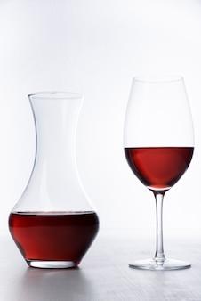 Decanter e copo de vinho close-up