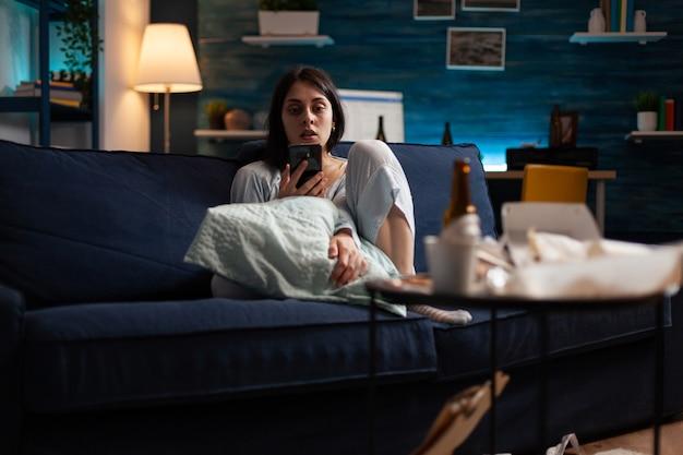 Decepcionada deprimida irritada mulher infeliz lendo aviso de despejo