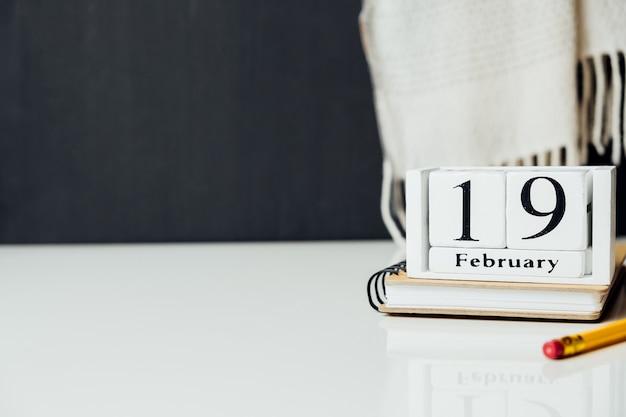 Décimo nono dia do mês de inverno, calendário de fevereiro, com espaço de cópia.