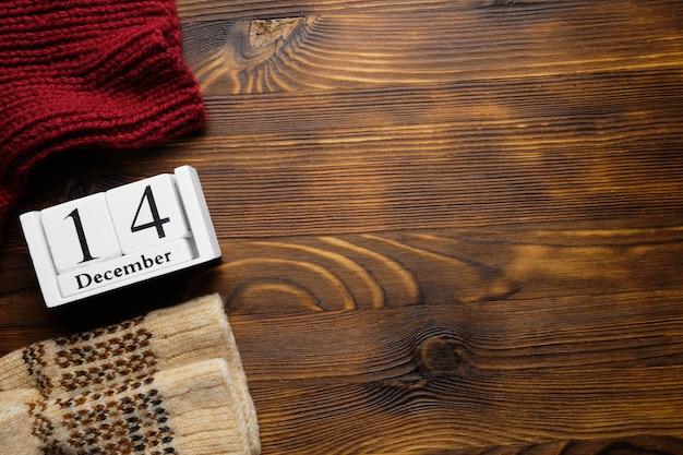 Décimo quarto dia do mês de inverno, dezembro, com espaço de cópia em fundo de madeira