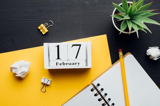 Décimo sétimo dia do mês de inverno, calendário de fevereiro. Foto Premium