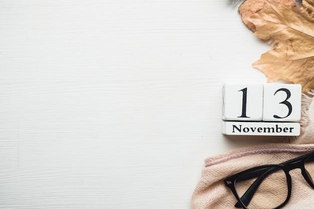 Décimo terceiro dia do calendário do mês de outono, novembro, com espaço de cópia.