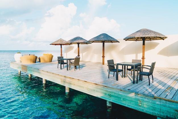 Deck ao ar livre e cadeiras com oceano azul