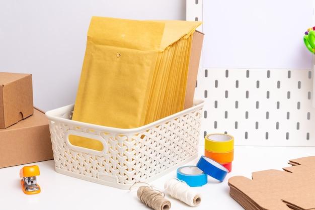 Deck de escritório com embalagem postal, o conceito de empresa de pequeno porte