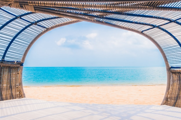 Deck de luxo com o descanso na praia e mar